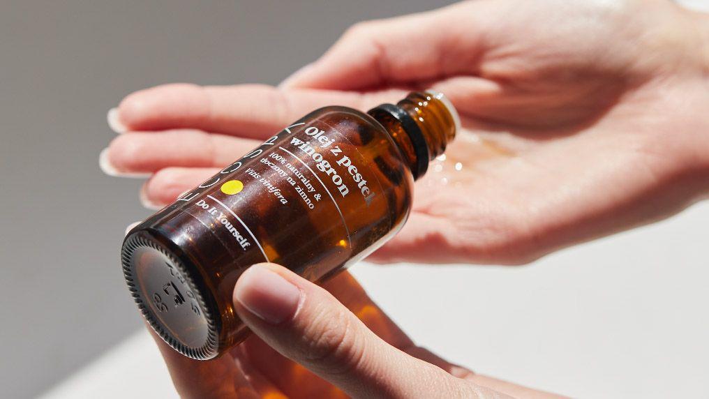 Jak stosować naturalne oleje do twarzy - sposoby aplikacji na skórę