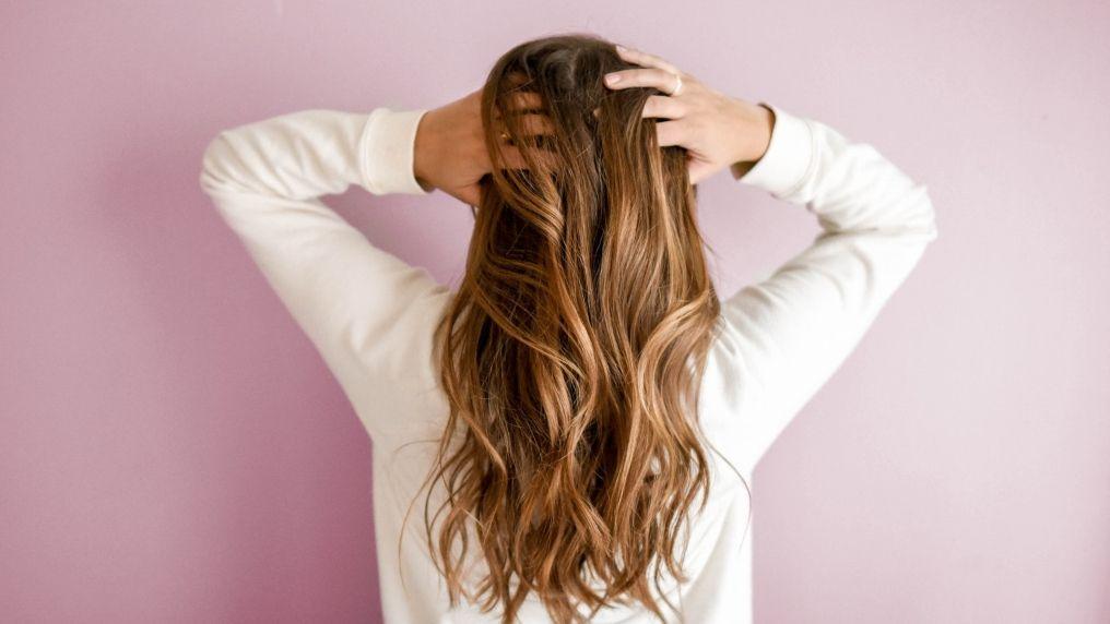 Jak określić porowatość włosów?